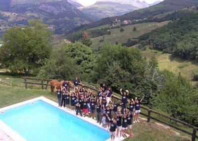 Grupo escolar en la piscina quesería Quesoba